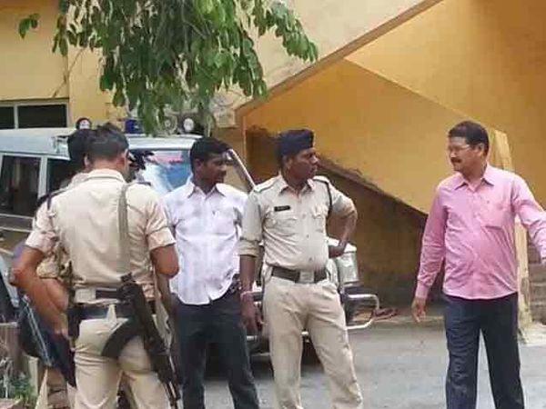 जिल्हा हॉस्पिटल बाहेर तैनात पोलिस कर्मचारी - Divya Marathi