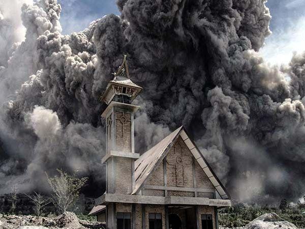 सुमात्रा बेटावरील चर्चच्या आसपास पसरलेली राख - Divya Marathi
