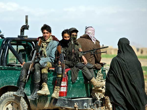 अफगाणिस्तानमध्ये जारी जिल्ह्यात शेतात अफूचा नायनाट करण्यास पोहोचलेले पोलिस - Divya Marathi