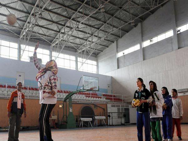 काबूलच्या ऑलिम्पिक स्टेडियममध्ये व्हॉलीबॉलचा सराव करताना महिला खेळाडू. - Divya Marathi