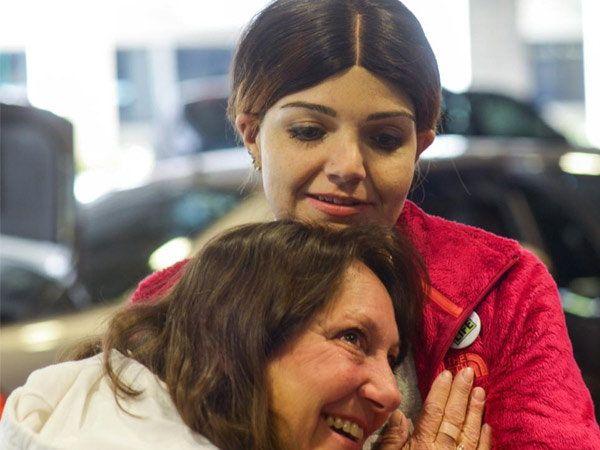 जेनिफर लँटिनीच्या हृदयाचे स्पंदन ऐकताना मॅथ्यूची आई विकी ब्रेनन. - Divya Marathi