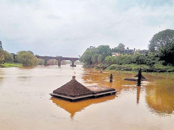 काेल्हापूर शहरातील पंचगंगा नदी दुथडी भरून वाहू लागली असून नदीपात्रातील मंदिरांना अक्षरश: जलसमाधी लाभली आहे. या नदीपात्राच्या परिसरात प्रशासनातर्फे सतर्कतेचा इशारा देण्यात आला आहे. - Divya Marathi