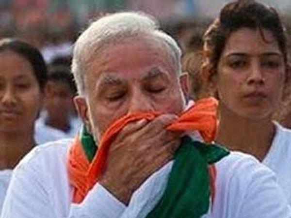 योगादरम्यान मोदींनी गळ्यातील ओढणीने अनेकदा घाम पुसला. - Divya Marathi