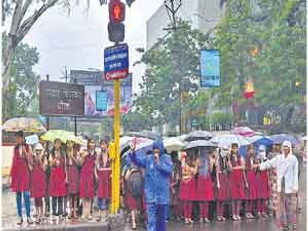टॅफिक हताळताना पोलिस. - Divya Marathi