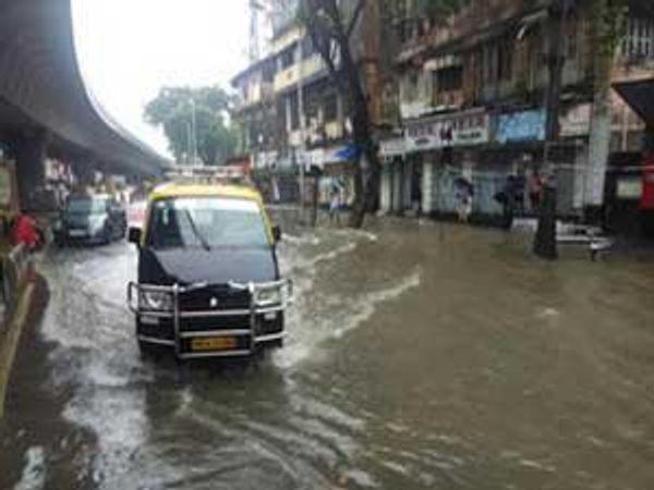 सोमवारी पहाटेपासून मुंबईत पाऊस पडायला लागल्यानंतर मंगळवारी सकाळपासून दादर परिसरात पाणी साचू लागले होते. - Divya Marathi