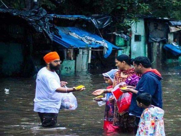 मुंबई खालसा ऐड (मदत) आणि श्री गुरुसिंह सभा मुंबई यांच्या स्वयंसेवकांनी गरजूंना अन्नदान केले. - Divya Marathi