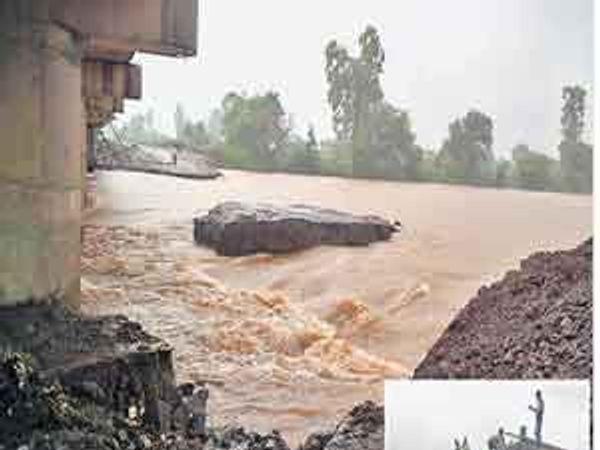 दारणा नदीवरील पुलासाठी तयार केलेला पावसाने वाहून गेलेला वळण रस्ता. - Divya Marathi