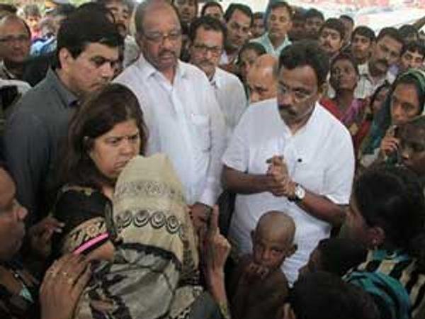 (छायाचित्र: शिक्षणमंत्री विनोद तावडे, राज्यमंत्री विद्या ठाकूर, खासदार शेट्टी यांनी मालवणी विषारी दारुकांडात बळी पडलेल्या मृतांच्या कुटूंबियांची भेट घेऊन त्यांचे सांत्वन केले.) - Divya Marathi