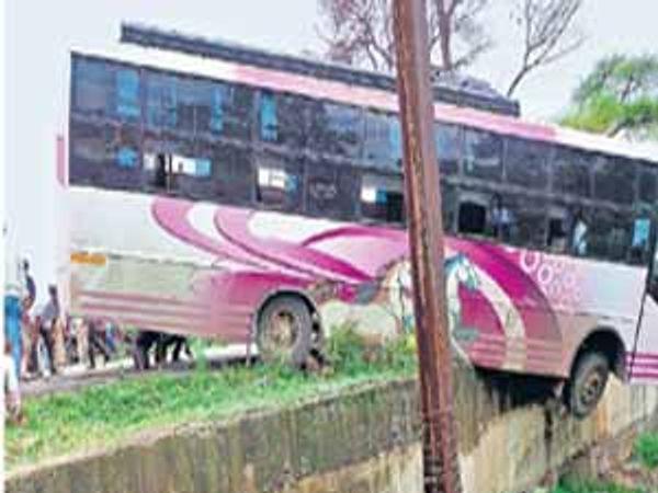 चालकाचे नियंत्रण सुटल्याने कारंजा शहराजवळील क्रीडा संकुलाजवळ रस्त्याच्या कडेला अडकलेली लक्झरी. छाया: फिरोज शेकुवाले - Divya Marathi