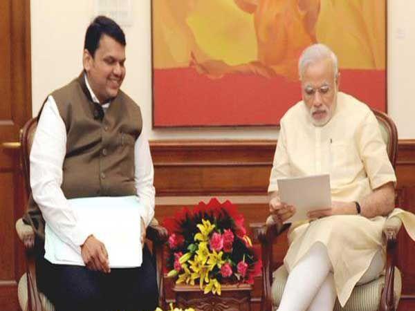मुख्यमंत्री फडणवीस व गिरीश महाजन यांनी नाशिक कुंभमेळ्याचे पंतप्रधान मोदींना निमंत्रण दिले. त्यावर नजर फिरवताना मोदी... - Divya Marathi