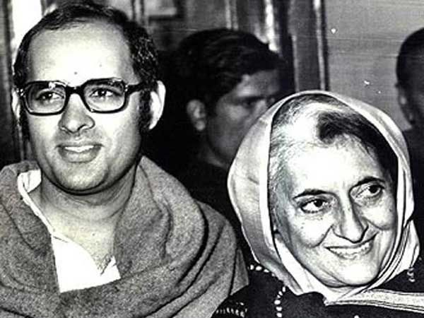 फाईल फोटो- माजी पंतप्रधान इंदिरा गांधी आणि त्यांचे पुत्र संजय गांधी... - Divya Marathi