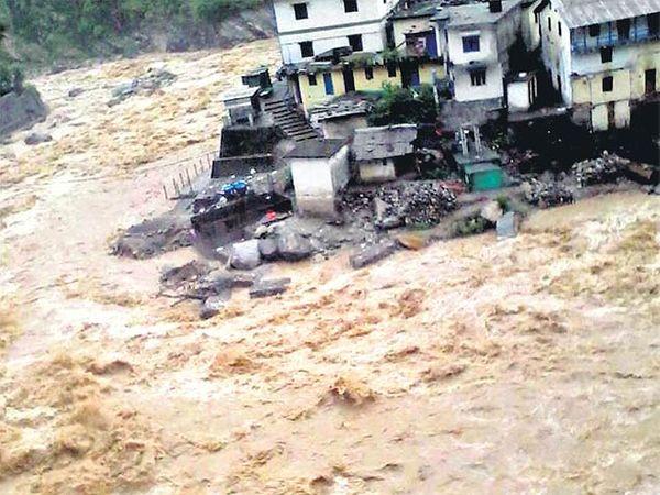 उत्तराखंडच्या रुद्रप्रयागमध्ये मुसळधार पावसामुळे मंदाकिनी नदीला पूर आला आहे - Divya Marathi