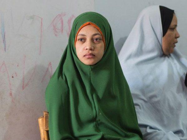 इजिप्तच्या सोहागमध्ये सोसायटी ऑफ इस्लामिक सेंटरमध्ये आपले दु:ख सांगताना महिला आणि मुली. - Divya Marathi