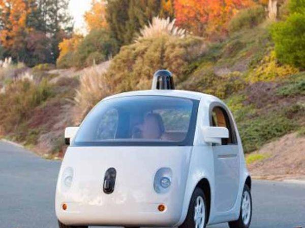 गूगलची चालकविरहित कार सिलिकॉन व्हॅलीतील रस्त्यावर धावताना दिसत आहेत... - Divya Marathi