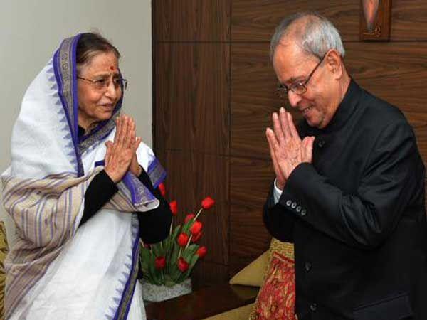 राष्ट्रपती प्रणव मुखर्जी यांनी माजी राष्ट्रपती प्रतिभा पाटील यांच्या घरी जाऊन त्यांची भेट घेतली. - Divya Marathi
