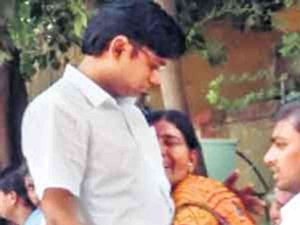 पतीच्या मृत्यूनंतर लता मुळे यांनी हंबरडा फोडला. - Divya Marathi