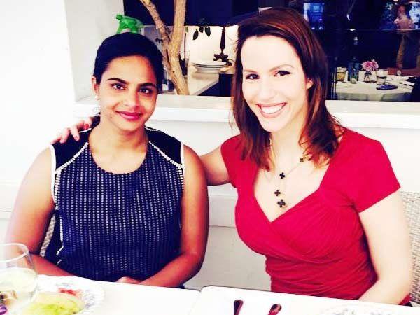 निळ्या ड्रेसमधील रूची संघवी व अमेरिकेतील तिची एक सहकारी... - Divya Marathi