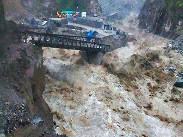 केदारनाथकडे जाणारा तसेच गौरीकुंड आणि सोनप्रयाग यांना जोडणारा पूल  खचला आहे. - Divya Marathi