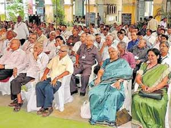 आर. आर. शाळेत आयोजित माजी विद्यार्थी मेळाव्यास उपस्थित असलेले १९७०-७१च्या बॅचचे विद्यार्थी. - Divya Marathi