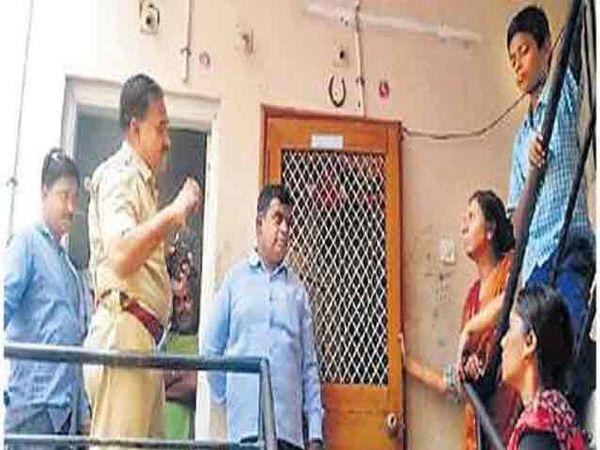शिवरामनगरातील अपार्टमेंटमध्ये चौकशी करताना पोलिस अधिकारी. - Divya Marathi