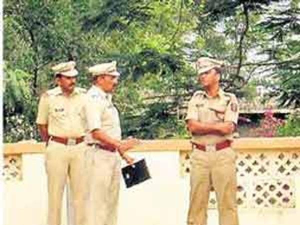 घटनास्थळाची पाहणी करताना पोलिस अधीक्षक अखिलेश कुमार सिंह पोलिस कर्मचारी. - Divya Marathi