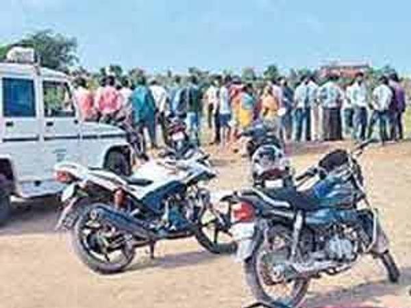 मंगळवारी सकाळी घटना उघड झाल्यानंतर नवीन हुडको कॉलनी परिसरातील मैदानावर घटनास्थळी जमलेली गर्दी. - Divya Marathi