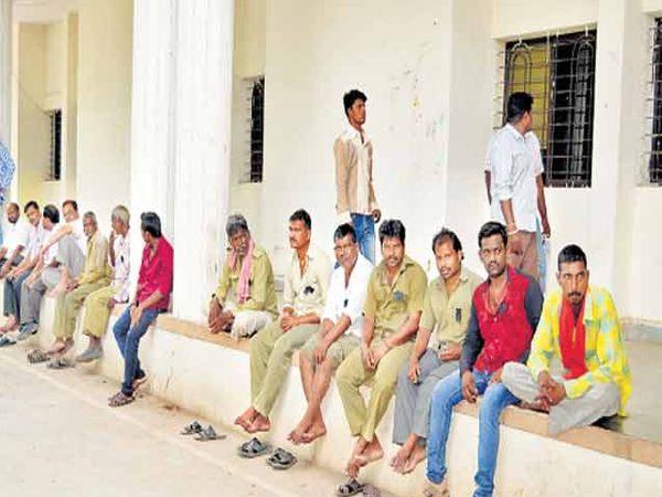जालना नगर पालिकेचे कर्मचारी बुधवारी काम बंद आंदोलनादरम्यान काळी फिती लावून पालिका कार्यालयाच्या बाहेर बसले होते. - Divya Marathi