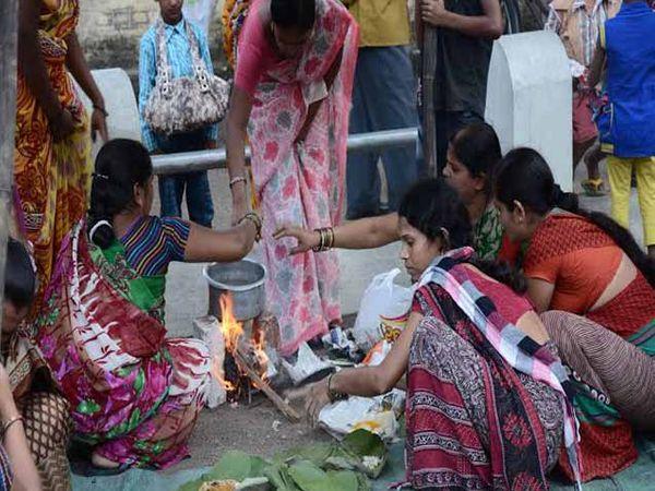 अशाप्रकारे चुल पेटवून महिलांनी भाकरी बनवल्या. (सर्व छाया - मनीष जगताप) - Divya Marathi