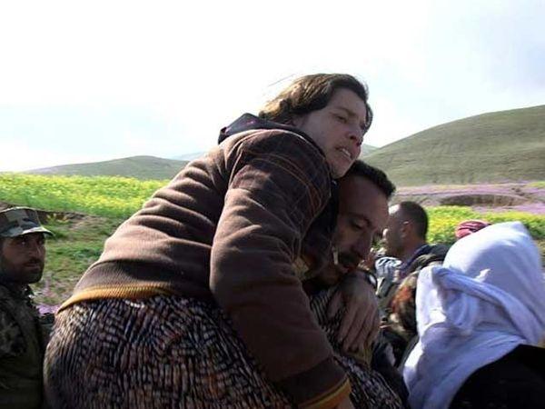 महिलांना अशा प्रकारे खांद्यावर बसवून महिलांना सिंजरला पोहोचवले. - Divya Marathi