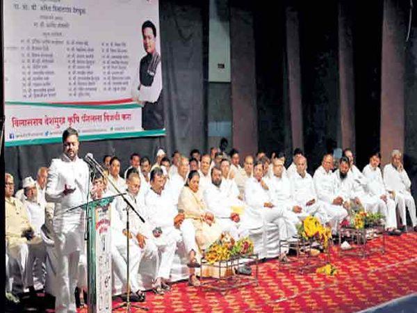 लातूर बाजार समितीच्या निवडणुकीत काँग्रेसच्या प्रचारसभेत बोलताना आमदार अमित देशमुख. - Divya Marathi