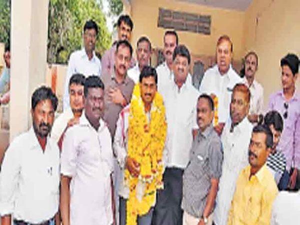 स्थायी समिती सभापतिपदी गणेश देशमुख यांची निवड झाल्यानंतर त्यांचा सत्कार करण्यात आला. - Divya Marathi