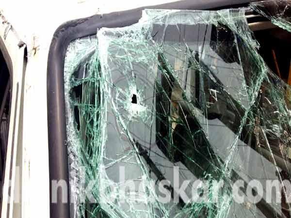 गुंडाच्या एसयूव्ही गाडीवर लागलेली गोळी. - Divya Marathi