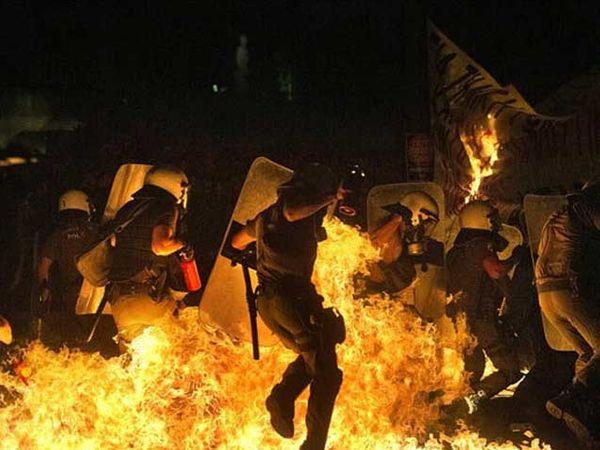 ग्रीसच्या संसदेबाहेर आंदोलकांनी पेट्रोल बॉम्ब फेकले. - Divya Marathi