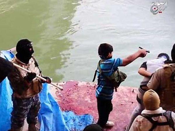 बंधकाला गोळी घालताना ISIS चा लहान सदस्य. - Divya Marathi