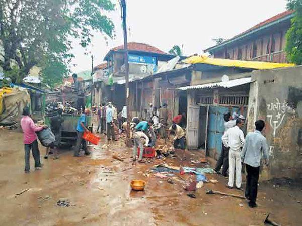 हरसूल येथील दंगलीत घरे, दुकानांची नासधुस करण्यात अाली. त्याची साफसफाई करताना ग्रामस्थ. - Divya Marathi
