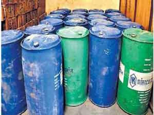 राज्य उत्पादन शुल्क विभागाच्या अधिकाऱ्यांनी चिळंबी येथून जप्त केलेले स्पिरिटचे ड्रम. - Divya Marathi