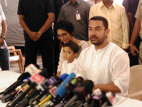 मीडियासोबत बातचीत करताना पत्नी किरण राव, मुलगा आजादसोबत आमिर खान - Divya Marathi