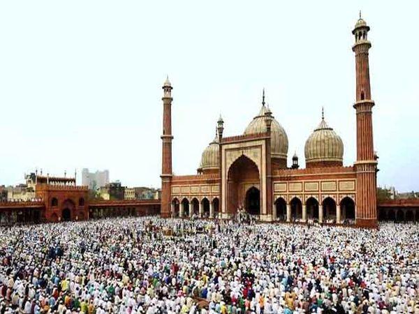 नवी दिल्ली येथील जामा मशिदमध्ये शनिवारी नमाज पठण करताना मुस्लिमबांधव. - Divya Marathi