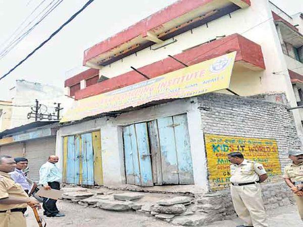 पोलिसांच्या बंदोबस्तात मनपा कर्मचाऱ्यांनी फंक्शन हाॅलची पाहणी केली. छाया : दिव्य मराठी - Divya Marathi