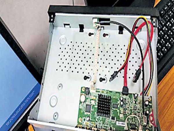हार्ड डिस्क गायब असलेले डीव्हीआर. - Divya Marathi