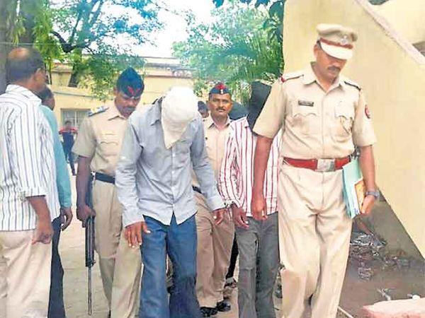 आरोपींना न्यायालयात नेताना पोलिस. - Divya Marathi