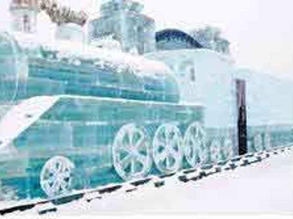 चीनमध्ये हर्विन येथे आयोजित आइस अँड स्नो फेस्टिव्हलमध्ये तयार करण्यात आलेली ही बर्फाची रेल्वेगाडी खूप चर्चेत राहिली. हे छायाचित्र जानेवारीचे होते. - Divya Marathi
