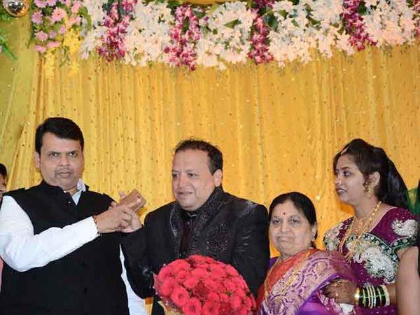 अमरावती येथे मामेभावाच्या लग्नाला मुख्यमंत्र्यांनी रविवारी उपस्थिती दर्शवली. (सर्व छाया - मनीष जगताप) - Divya Marathi