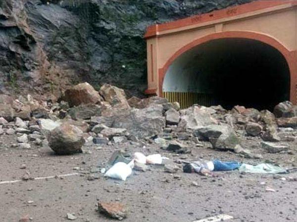 दरड कोसळल्याने कारमधील तिघे ठार झाले. - Divya Marathi