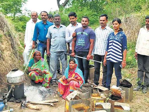 तळ्याचीवाडीत गावठी दारू अड्डा पोलिसांनी उद्ध्वस्त केला. - Divya Marathi