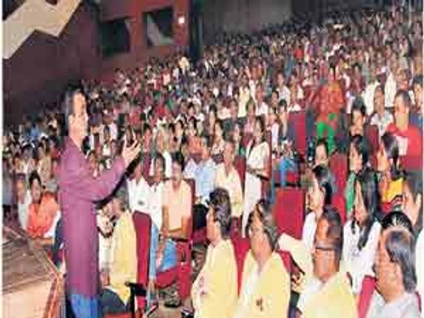 """जैन साेशल ग्रुपतर्फे कालिदास कलामंदिरात आयोजित \""""सायबर सिक्युरिटी\'वरील कार्यशाळेत पालक-विद्यार्थी तरुणाईला मार्गदर्शन करताना सायबर सिक्युरिटी तज्ज्ञ रक्षित टंडन. - Divya Marathi"""