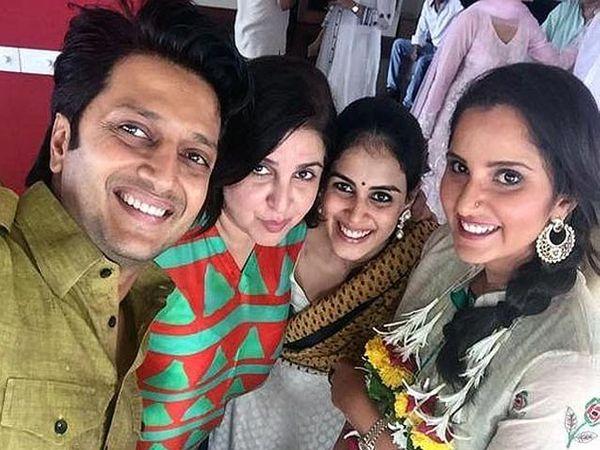 दिग्दर्शिका फराह खान, पत्नी जेनेलिया आणि टेनिसपटू सानिया मिर्झा यांच्यासोबत सेल्फी घेताना रितेश देशमुख. - Divya Marathi