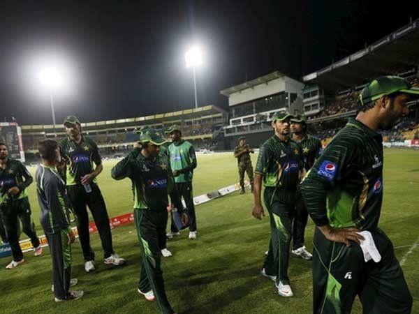 दगडफेक झाल्यानंतर पाकिस्तानी खेळाडू पॅव्हेलियनकडे जाताना. - Divya Marathi