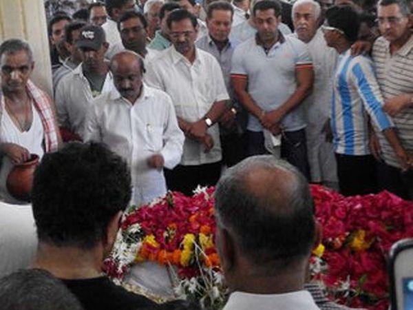 एन. एम. कुंजालकर यांच्या अंत्यसंस्कारावेळी सलमान खान - Divya Marathi