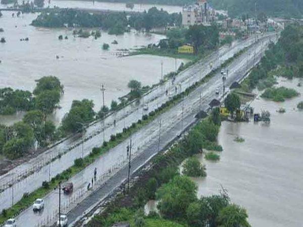 फोटो उज्जैन-इंदूर हायवेचा आहे. उज्जैन शहरासह आसपासच्या सर्व वस्त्या आणि गावांमध्ये पाणी शिरले आहे. यामुळे दोन्ही बाजुंनी नदी वाहात आहे आणि महामार्ग एखाद्या पुलाप्रमाणे भासत आहे. - Divya Marathi